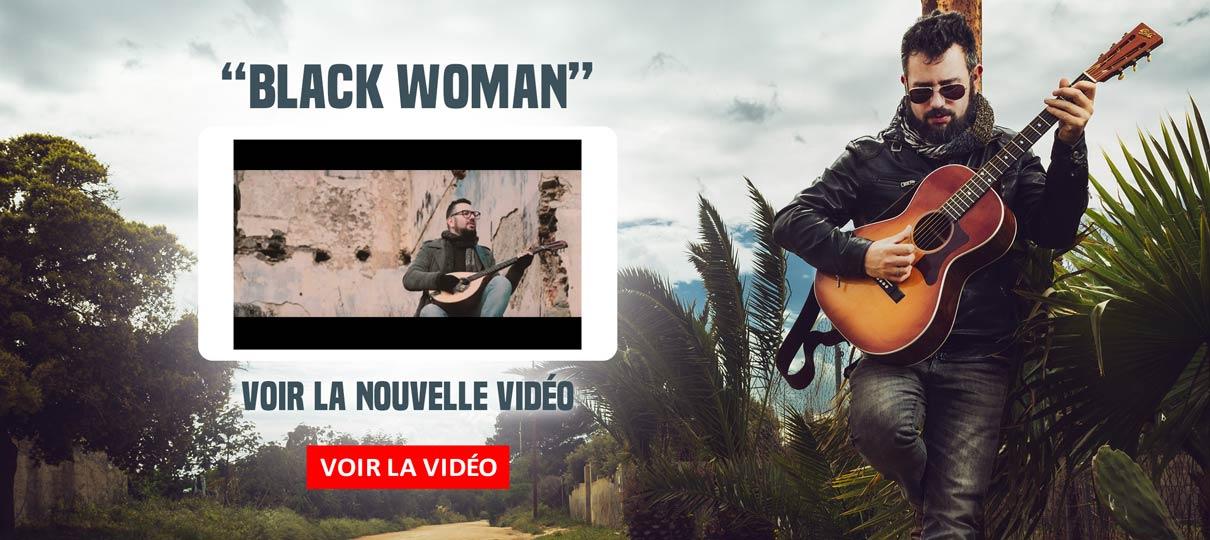BLACK WOMAN REGARDER LA NOUVELLE VIDÉO
